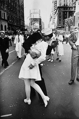 Alfred EisenstaedtLegendary_kiss_V–J_day_in_Times_Square_Alfred_Eisenstaedt