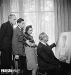 Savely Abramovitch Sorine (1878-1953), portraitiste russe, assis. Derrière lui, des inconnus. Paris, octobre 1946.